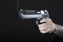 有枪的手 免版税图库摄影