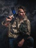 有枪的武装的人 潜随猎物者 图库摄影