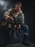 有枪的武装的人 潜随猎物者 免版税库存图片