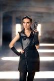 有枪的Steampunk女性战士在岗位启示废墟 免版税库存图片