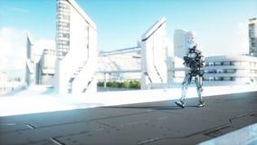 有枪走的军用机器人 未来派城市,镇 现实4K动画 库存例证