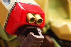 有枪零件的机器人手 库存照片