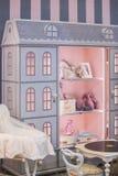 有架子的儿童` s女孩` s逗人喜爱的碗柜以玩偶` s房子的形式 儿童` s屋子的内部一点princ的 库存照片