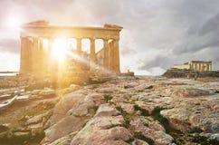 有架设寺庙的帕台农神庙寺庙在雅典卫城的背景, Attica,希腊中 免版税库存图片