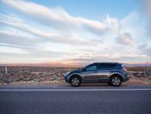有柏油路的SUV汽车导致目的地 免版税库存图片