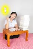 有某一想法的亚裔泰国学生 免版税库存照片