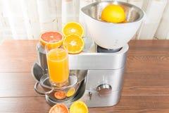 有柑橘新闻的食品加工器 免版税图库摄影
