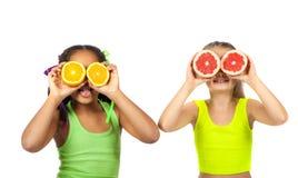 有柑橘的快乐的女孩 库存图片