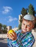 有柑橘的美丽的男孩在他的手上 库存图片