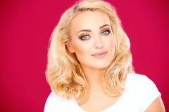 有柔和的微笑的美丽的白肤金发的妇女 免版税图库摄影