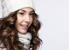 有柔和的构成、卷毛和微笑的美丽的女孩在白色编织帽子 温暖的冬天图象 秀丽表面 免版税库存照片