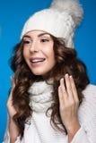 有柔和的构成、设计修指甲和微笑的美丽的女孩在白色编织帽子 温暖的冬天图象 秀丽表面 免版税图库摄影