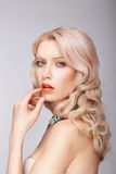 有柔和的构成的一名白肤金发的妇女 库存图片