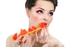 有柚子切片的女性 免版税库存图片