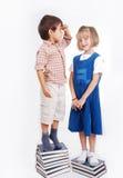 有查出的许多书的小逗人喜爱的女孩和男孩 免版税库存图片