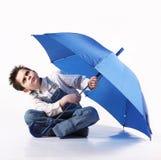 有查寻一把开放的伞的男孩 库存照片