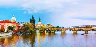 有查尔斯桥梁的老镇全景在布拉格 库存照片