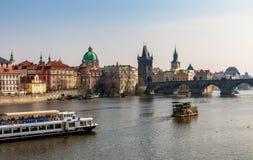 有查理大桥的全景在布拉格 免版税库存照片