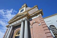 有柱子的古老,被更新的砖教会,瓦丁斯芬,荷兰 库存照片