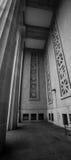 有柱子的外部走廊 免版税库存照片