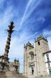 有柱子的波尔图大教堂在蓝天,葡萄牙下 库存照片