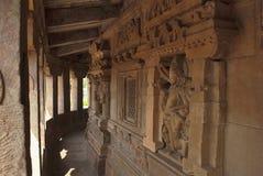 有柱子的Parikrama,杜尔加寺庙, Aihole, Bagalkot,卡纳塔克邦走廊 Galaganatha小组寺庙 Vishnu图是 库存照片