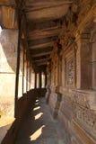 有柱子的Parikrama,杜尔加寺庙, Aihole, Bagalkot,卡纳塔克邦,印度走廊 Galaganatha小组寺庙 库存照片
