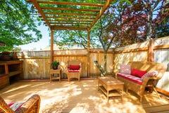 有柳条家具和荫径的后院甲板 免版税图库摄影