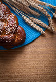 有柳条桌的刚出炉的小圆面包麦子黑麦耳朵 库存图片