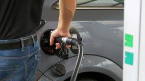 有柴油的人填装的汽车 供以人员` s手使用加油泵用燃料填满他的汽车 影视素材