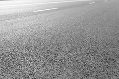 有标号的柏油路排行白色条纹 库存图片