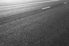 有标号的柏油路排行白色条纹 库存照片