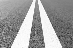 有标号的柏油路排行白色条纹 免版税图库摄影