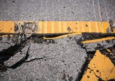 有标号线的破裂的柏油路 免版税库存图片
