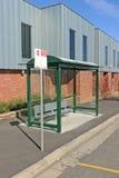 有标志、风雨棚和停车区域的一个选定的公共汽车区域 免版税库存照片