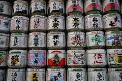 有标志信件的传统白色和五颜六色的圆筒在日本寺庙的日语 免版税图库摄影