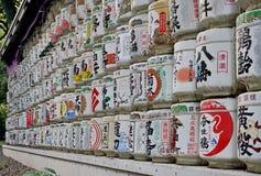 有标志信件的传统白色和五颜六色的圆筒在日本寺庙的日语 库存图片