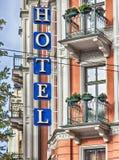 有标志和阳台的旅馆 免版税库存照片