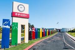 有标志标志的车行道对CV运动精英培训中心 库存照片