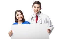 有标志的可爱的医护人员 免版税库存照片