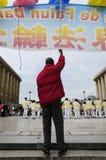 有标志的抗议者在巴黎市 免版税库存图片