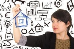 画有标志的年轻美丽的妇女一个房子 免版税库存图片