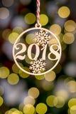有标志2018年背景边界金黄圣诞树装饰品的木圣诞节玩具和在抽象defocu的假日装饰 库存照片