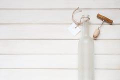 有标签的空的酒瓶 免版税图库摄影