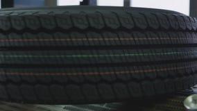 有标记的定性轮胎在保护者特写镜头 股票视频