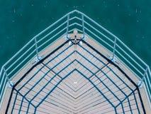 有栏杆的木船坞由水在斯德哥尔摩 库存图片