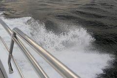 有栏杆航行的游艇在海洋 免版税库存图片