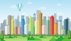有树、天空、云彩、气球、路、车和摩天大楼风景的大城市 免版税库存照片