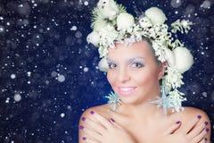 有树发型和构成的冻妇女在圣诞节,冬天 免版税库存图片