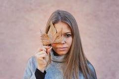 有树叶子的俏丽的女孩 免版税库存图片